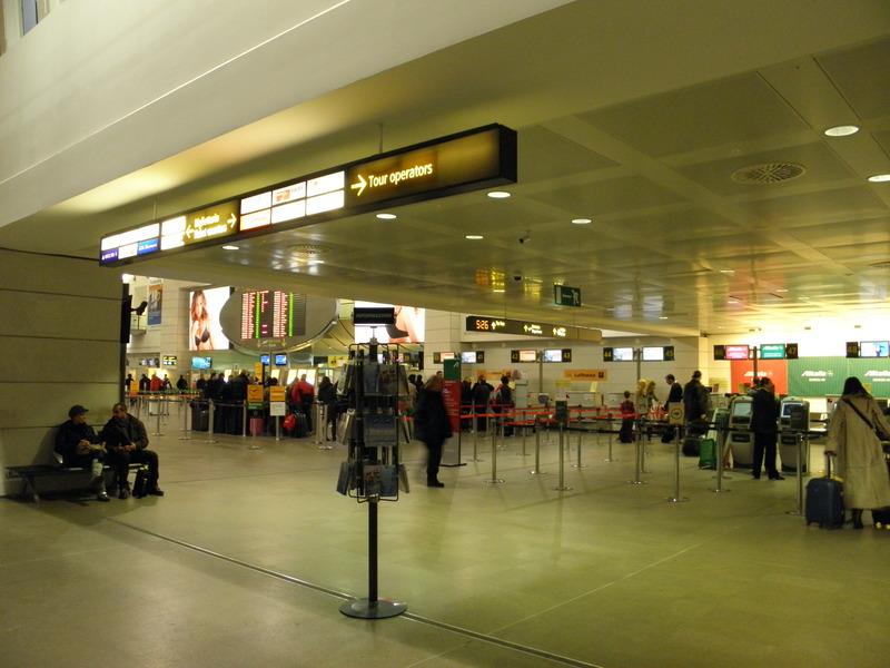 ADDETTO AEROPORTO RUBAVA DAI BAGAGLI DEI PASSEGGERI