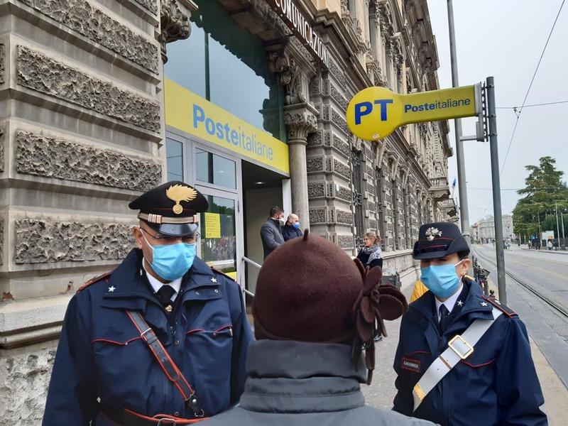 i-carabinieri-consegnano-le-pensioni-agli-over-75