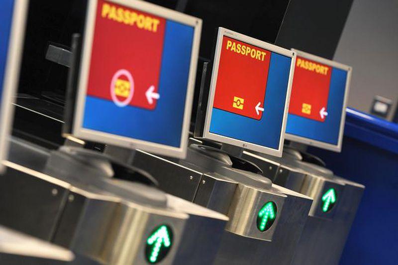 PASSAPORTI FALSI IN AEROPORTO, IN MANETTE 2 CINESI