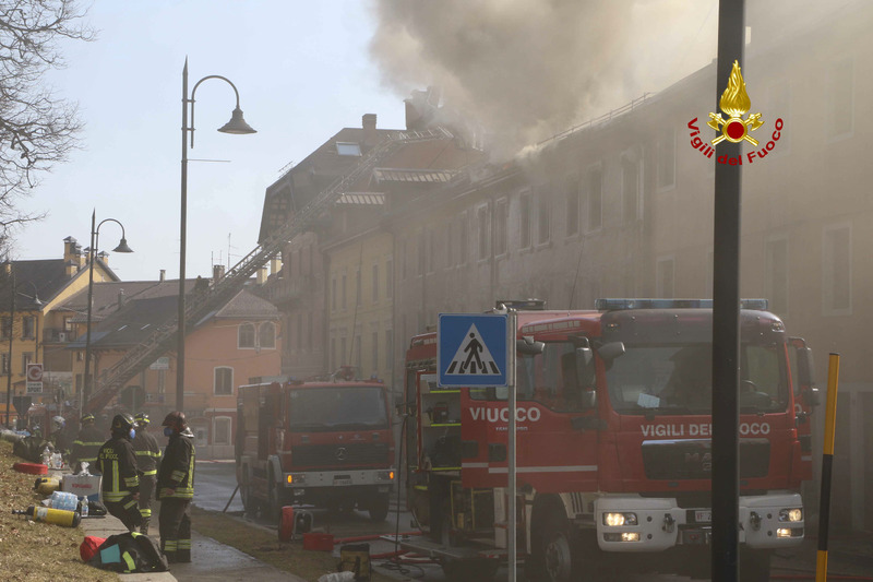 PAUROSO INCENDIO IN CENTRO AD ASIAGO