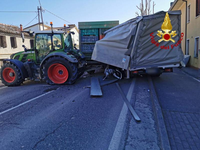 scontro-tra-un-furgone-e-un-trattore-muore-75enne