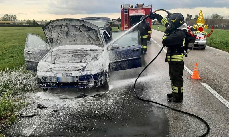 l-auto-prende-fuoco-il-conducente-riesce-a-uscire