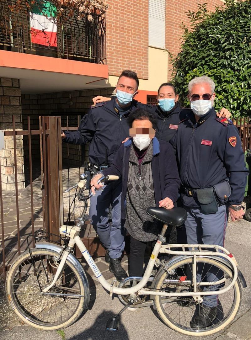 poliziotti-restituiscono-ad-anziana-la-bici-rubata