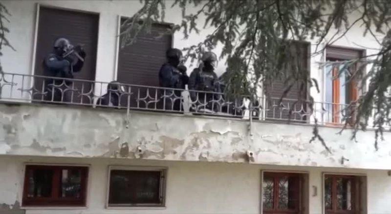 uomo-si-barrica-in-casa-carabinieri-fanno-irruzione