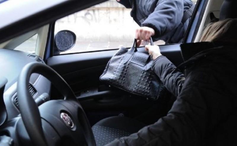 ASPETTA LA FIGLIA IN AUTO, TENTANO DI SCIPPARLA