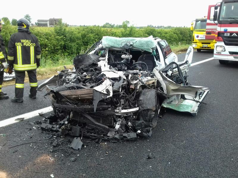 auto-sotto-camion-in-coda-incidente-mortale-in-a4