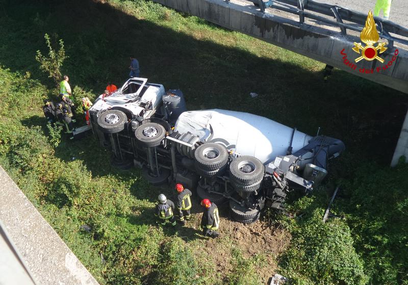 padova-betoniera-cade-da-viadotto-morto-autista