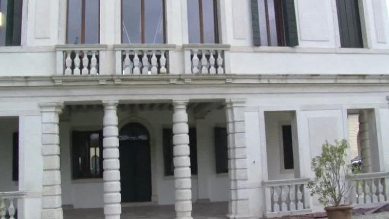 SAN GIORGIO IN BOSCO DIPINGE LE PANCHINE DI ROSSO