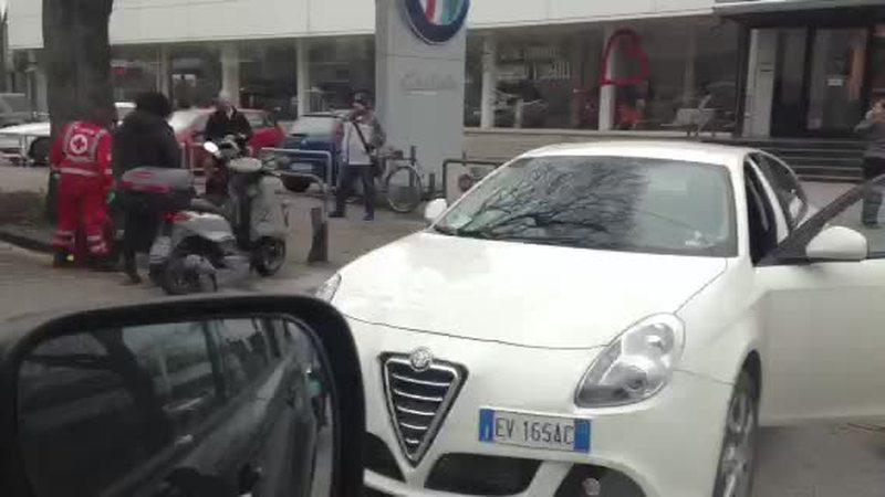 SCONTRO AUTO – MOTO, FERITI LIEVISSIMI