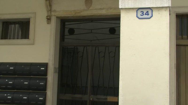 SUICIDA SULLE SCALE DI CASA: TRAGEDIA IN CENTRO