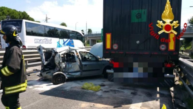 TAMPONAMENTO MORTALE IN A57,TIR PIOMBA SULLE AUTO