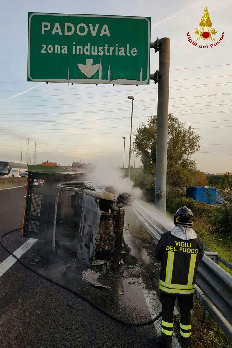 URTO VIOLENTO, FURGONE PRENDE FUOCO IN A13