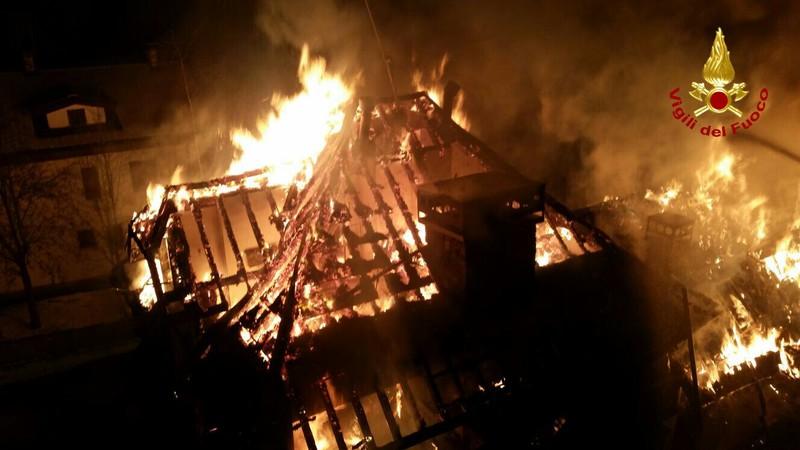 violento-incendio-devasta-cinque-case-ad-asiago