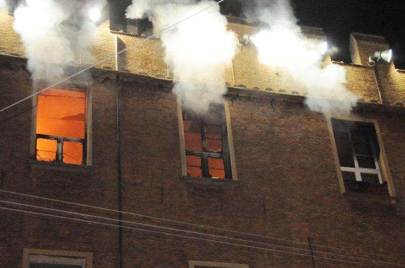 in-fiamme-palazzo-verona-edificio-dovra-essere-abbattuto