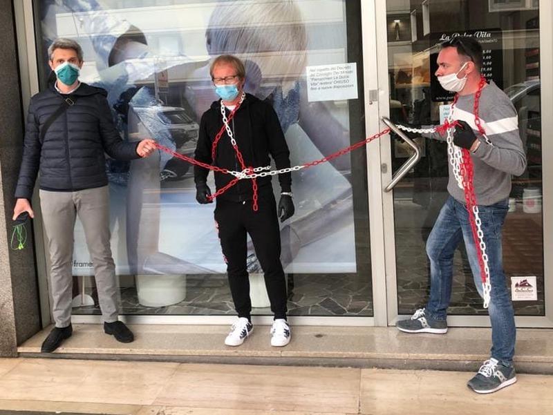 parrucchieri-padovani-incatenati-per-protesta