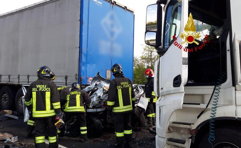 scontro-tra-auto-e-due-camion-un-morto-in-a4