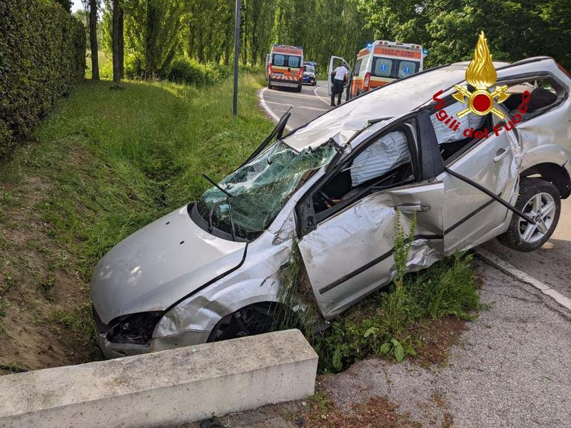 abano-auto-finisce-fuori-strada-due-feriti