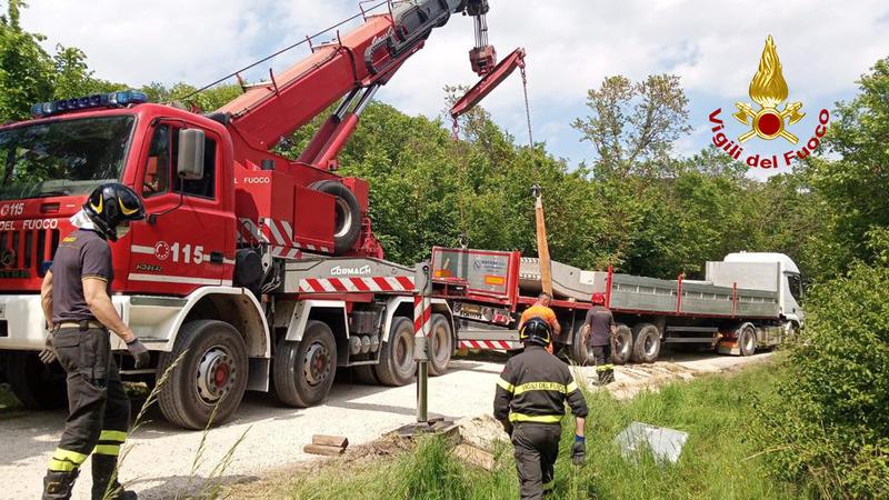 camion-carico-di-cemento-esce-di-strada