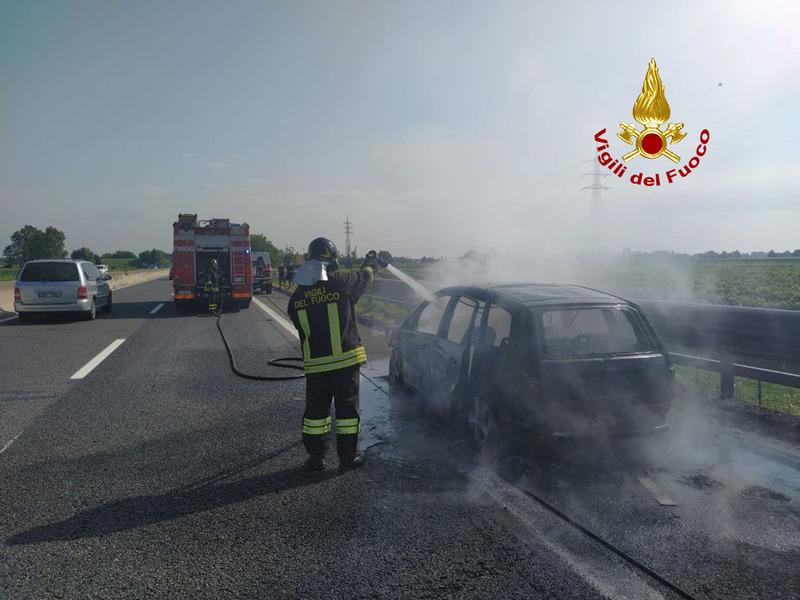 auto-in-fiamme-in-a13-passeggeri-illesi