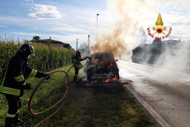 auto-in-fiamme-a-piazzola-intervengono-i-pompieri